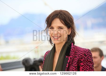 Juliette Binoche attends the 'Slack Bay' (Ma Loute) Photocall during the 69th annual Cannes Film Festival at the Palais des Festivals on May 13, 2016 in Cannes, France.