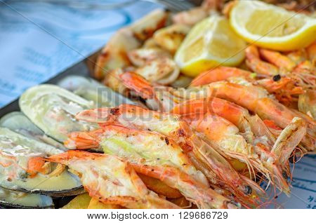Appetizer plate with grilled shrimps and mussels