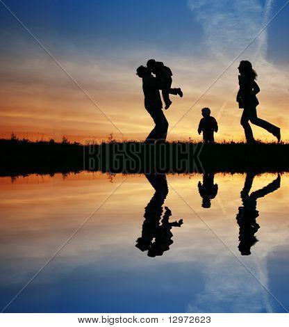 Kontur-Familie von vier und Wasser