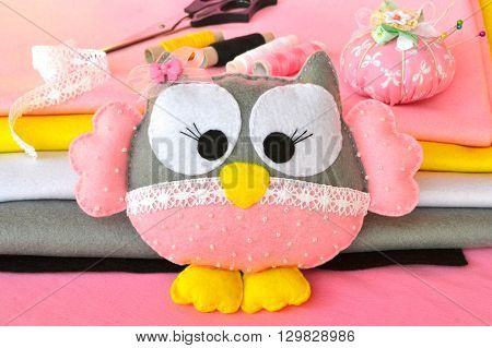Felt owl ornament, handmade felt owl decoration, patchwork owl, felt bird ornament. Cute pink felt owl. Children's toy. Felt sheets, scissors, thread, needles, pins - sewing set. DIY concept
