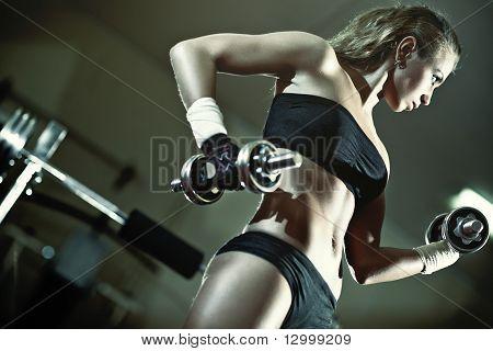 junge Frau Gewicht-training