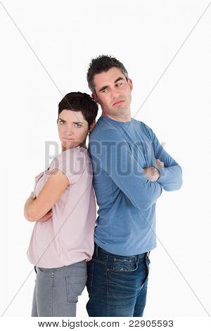 Paar wütend auf einander stehen Rücken an Rücken
