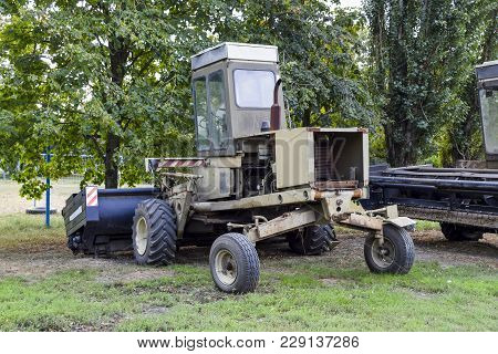 Forage Harvesting Means. The Fork Lift Truck.
