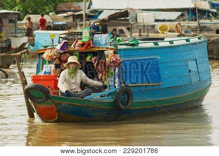 Siem Reap, Cambodia - August 08, 2008: Unidentified Woman Sells Goods From The Boat At The Floating