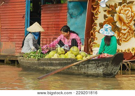 Siem Reap, Cambodia - August 08, 2008: Unidentified Women Buy And Sell Food From The Boat At The Flo
