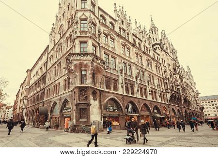 Munich, Germany - November 17, 2017: Families Shopping At Stores Near The Historical Neo-gothic Styl
