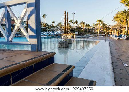 Mas Palomas Gran Canaria Dec 08 2017 Cay Beach Princess Hotel A Suspension Bridge Hanging Over A Hot