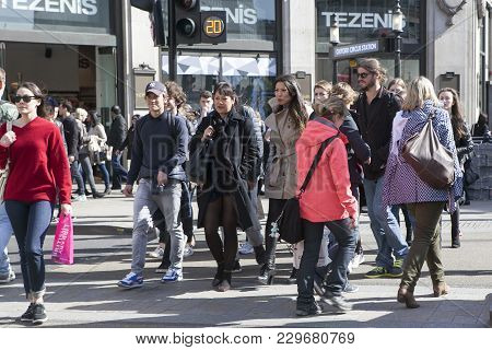 London, England - October 25 , 2016 Crowded Oxford Street Pavement And Shoppers