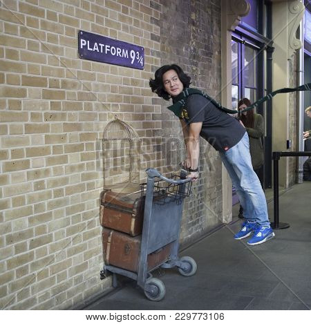 Fan Of Harry Potter Recreates Pushing A Trolley Towards Platform Nine And Three Quarters From The Fi