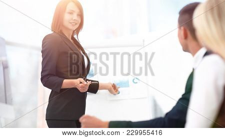 business woman conducts a workshop with the business team.