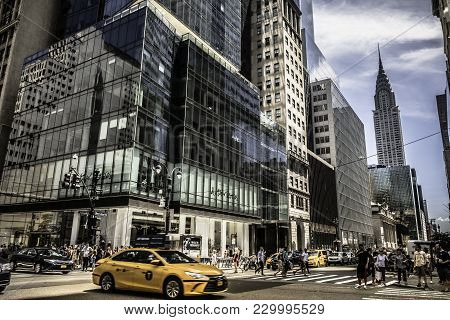 New York City June 2017 Usa: Urban Scenes Along 42nd Near The Grand Central Terminal Subway Station