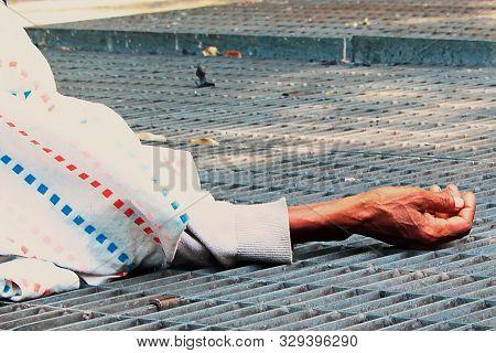 Mano De Mujer Tirada En El Escape Del Aire Del Subte De Rio De Janeiro, Woman Lays On The Floor , Mu