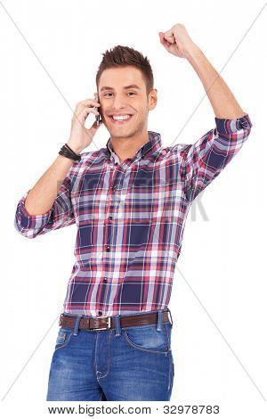 junger Mann am Telefon sprechen und etwas zu gewinnen