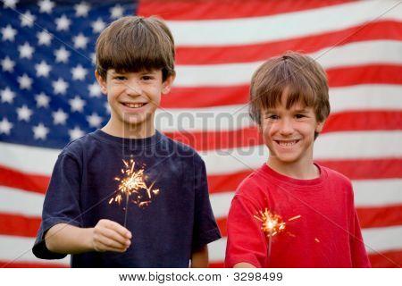 Meninos segurando Sparklers