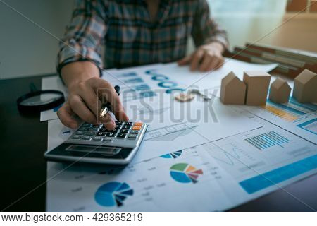 Real Estate Brokers Calculate The Price, Loan, Finance Of House.