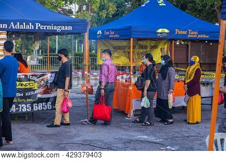 Kuala Lumpur, Malaysia - October 16, 2020: People Queuing For A Street Food Stand In A Street Market