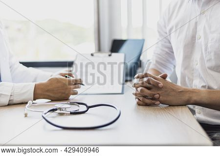 The Doctor Shakes Hands To Encourage The Patient After The Diagnosis Results Are Finished, The Patie