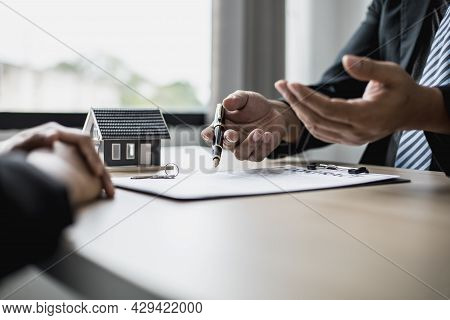 The Employee Is Explaining The Rent Details And Calculating The Monthly Rent To The Tenant Before Si