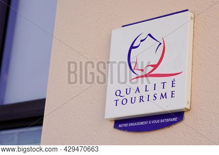 Bordeaux , Aquitaine France - 07 30 2021 : Qualite Tourisme Logo Brand And Text Sign On Wall State F