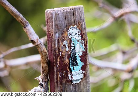 August 11, 2021 In Idyllwild, Ca:  Dilapidated Navigational Marker Sign On A Wooden Post Taken At Th