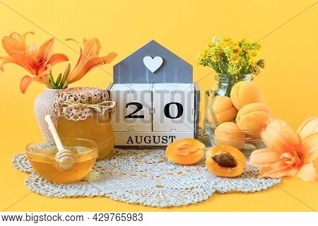 Calendar For August 20 : The Name Of The Month Of August In English, The Number 20, Flowers In Vases