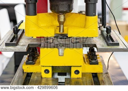 Close Up Punch And Die Of Hydraulic Punching And Shearing Machine For Cutting Hole Sheet Metal Of Ma