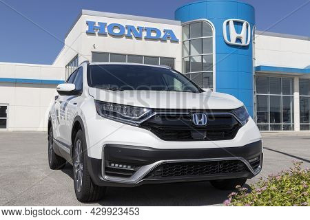 Kokomo - Circa August 2021: Honda Cr-v Hybrid Display. The Honda Cr-v Is One Of The Top 25 Cars Sold
