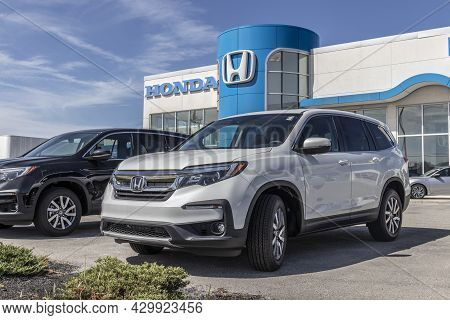 Kokomo - Circa August 2021: Honda Cr-v Display. The Honda Cr-v Is One Of The Top 25 Cars Sold In The