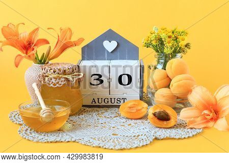 Calendar For August 30 : The Name Of The Month Of August In English, The Number 30, Flowers In Vases