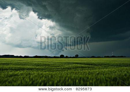Gewitter Wolken über ein Feld