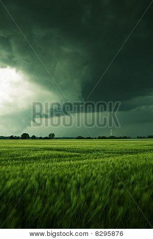 Gewitterhafte Wolken über ein Feld
