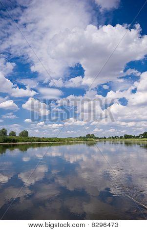 River, Himmel und Wolken
