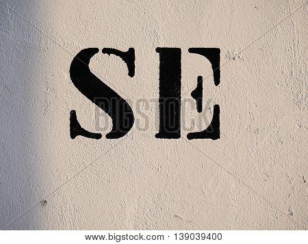 frase cortada, parte de una pared pintada publicitandose