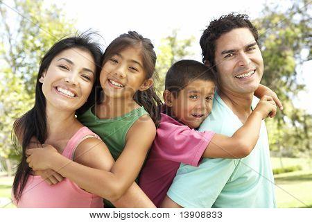 Junge Familie Spaß im Park