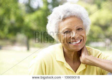 Retrato de sorridente mulher sênior ao ar livre