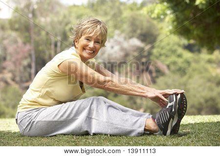 Senior Woman Ausübung im Park