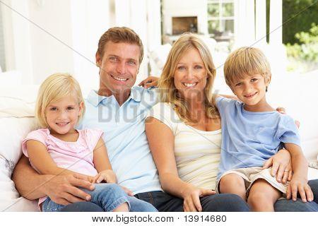 Großfamilie, die gemeinsam auf dem Sofa entspannen