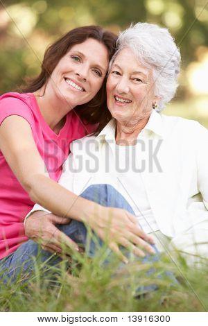 Starszy kobieta z córka dorosły w parku