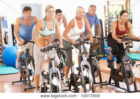Gruppe von Menschen In Zyklus-Klasse im Fitness-Studio