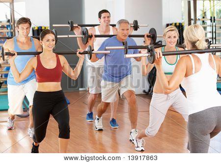 Gruppe von Personen, die im Fitnessstudio Gewichte zu heben