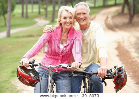 Bicicleta de montar a caballo de pareja Senior en el Parque