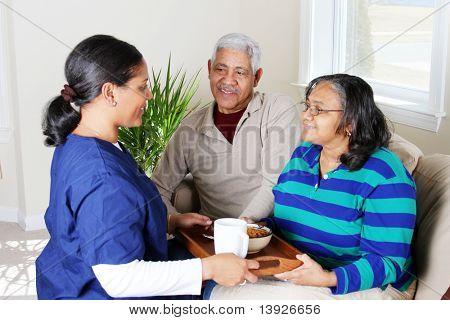 Casa saúde trabalhador e um casal de idosos