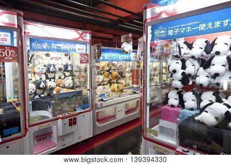 TOKYO,JAPAN- CIRKA MAY, 2016: Toy crane game vending machine at game center in Tokyo. Japan.