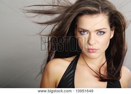 Porträtt av en vacker ung sexig kvinna