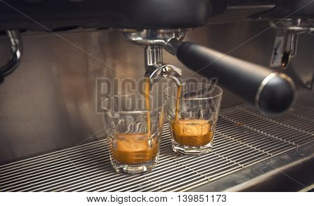 Coffee machine makes coffee into two cups