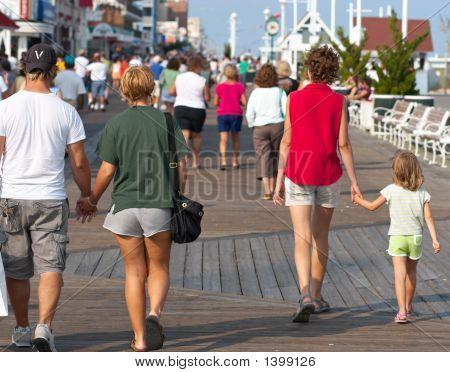 Menschen an der Strandpromenade