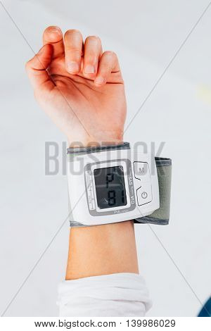 Electronic tensiometer measuring the blood pressure of a person