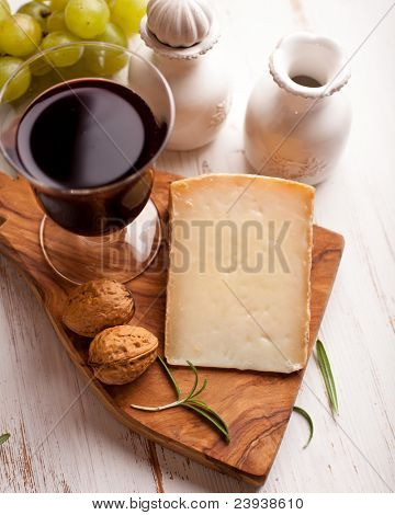 Toscan sheep cheese and a glass of wine