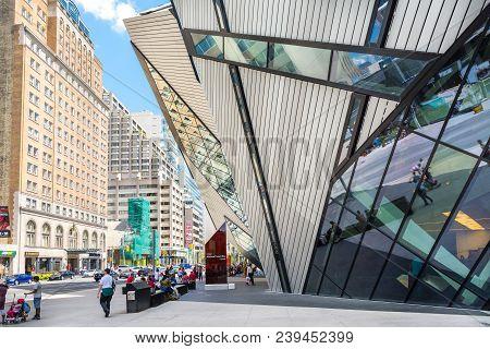 Toronto,canada-august 3,2015:walking Through Toronto Downtown Near The Royal Ontario Museum During A