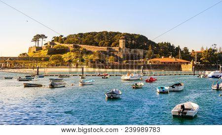 Baiona, Espanha - May 03, 2018 : Late Afternoon By The Harbor Of Baiona, Pontevedra, Espanha